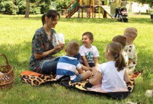Reading outside, Panská zahrada